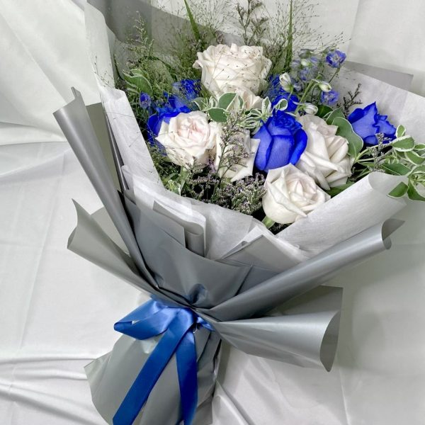 winter magic bouquet - blue and white kenya rose bouqet